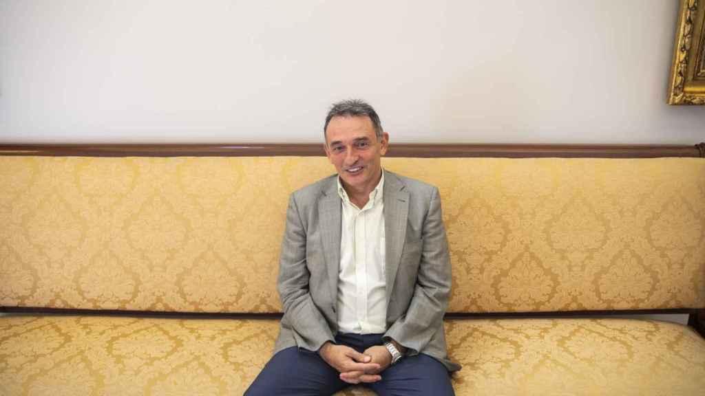 El secretario general del PCE, Enrique Santiago, atiende a EL ESPAÑOL en el Congreso.
