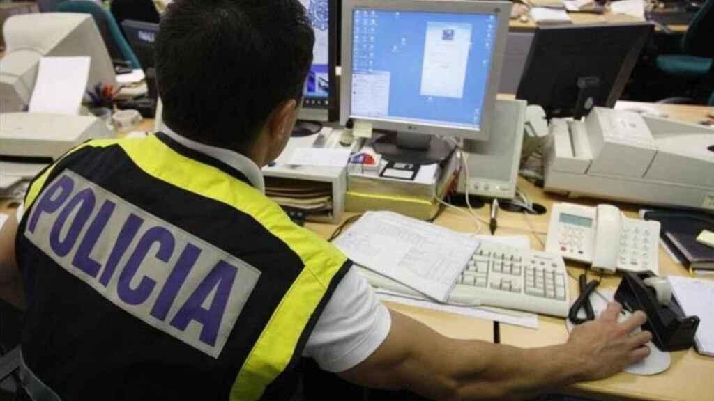 Un Policía del grupo contra delitos de ciber acoso. (Foto de archivo).