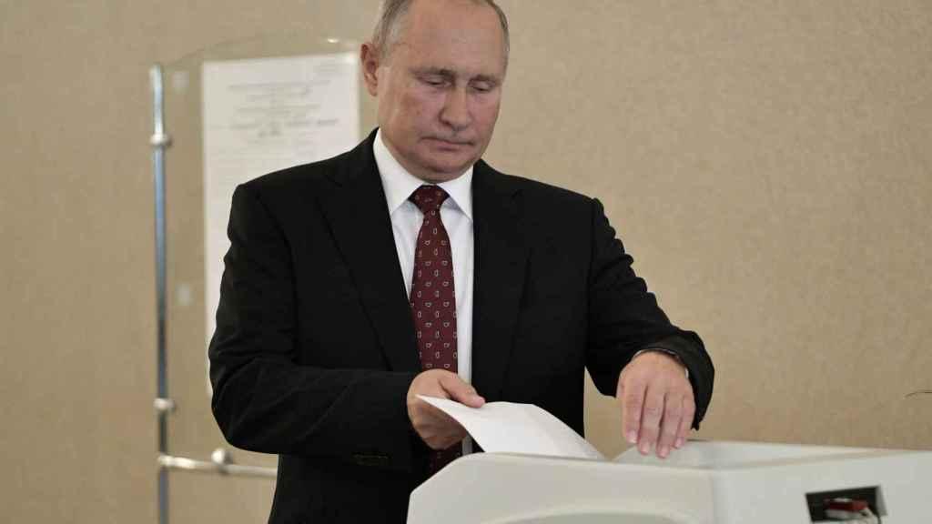 Vladimir Putin votando en estas elecciones.