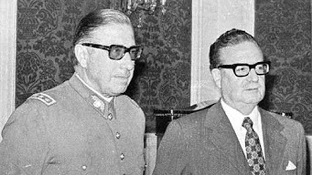 Augusto Pinochet al lado de Salvador Allende.