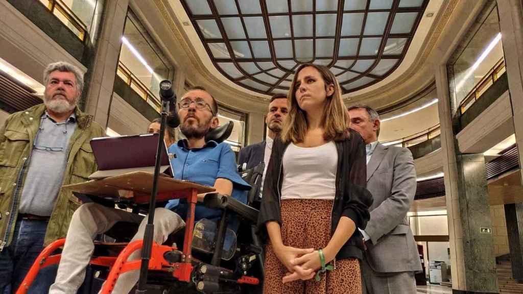 Juan López Uralde, Yolanda Díaz, Pablo Echenique, Jaume Asens, Ione Belarra y Enrique Santiago, a la salida de la reunión con el PSOE.
