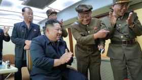 Kim Jong Un supervisando en lanzamiento de un proyectil en una imagen de archivo.
