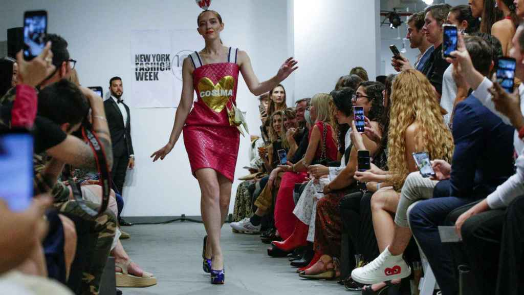Creación de la diseñadora española Ágatha Ruiz de la Prada durante el 'Fashion designers of Latinoamérica', en el marco de la quinta y penúltima jornada de la Semana de la Moda de Nueva York.