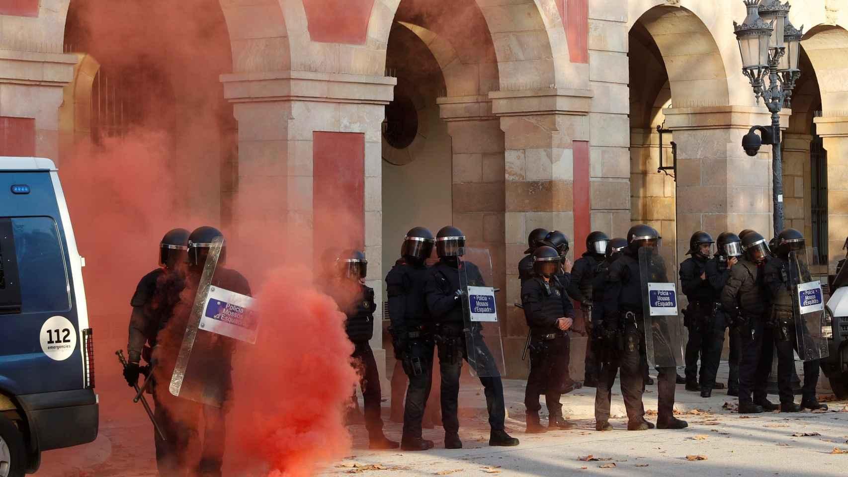 Agentes de los Mossos d'Esquadra a las puertas del Parlament de Catalunya, donde este miércoles un grupo de personas se han manifestado con motivo de la Diada.