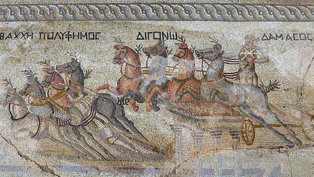 Un mosaico hallado en Chipre que representa una carrera de carros.