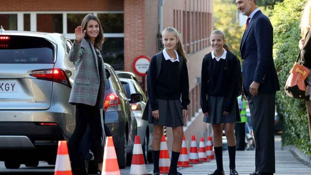 Felipe y Letizia acompañan a Leonor y a Sofía a la vuelta al colegio