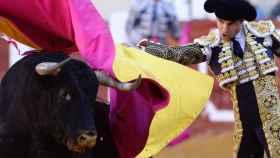 Pablo Agudo torea con el capote a su primer toro durante el mano a mano con Morante de la Puebla en Valladolid.