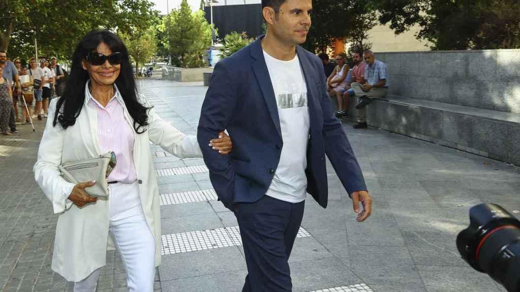 avier Iglesias con su madre María Edite Santos llegando a los juzgados de Valencia por la supuesta paternidad de Julio Iglesias en julio de 2019.