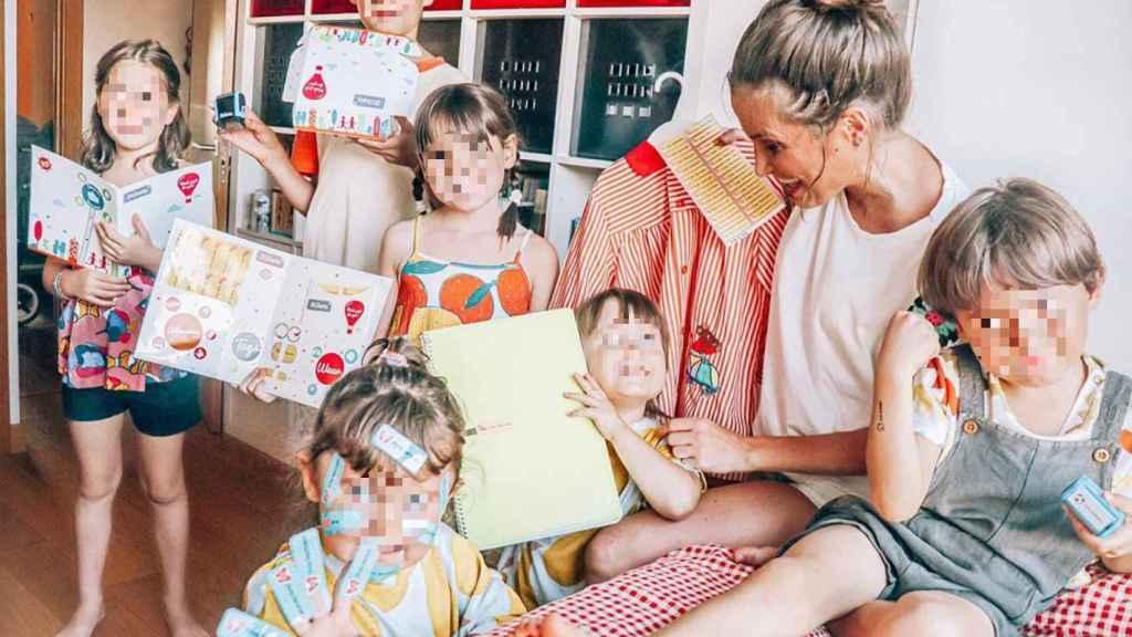 Verdeliss junto a sus hijos en una colaboración publicitaria.