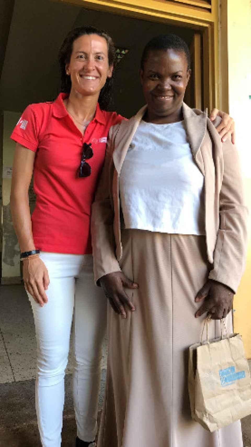 La doctora y Zaitu, en Uganda, tras el éxito de la operación.