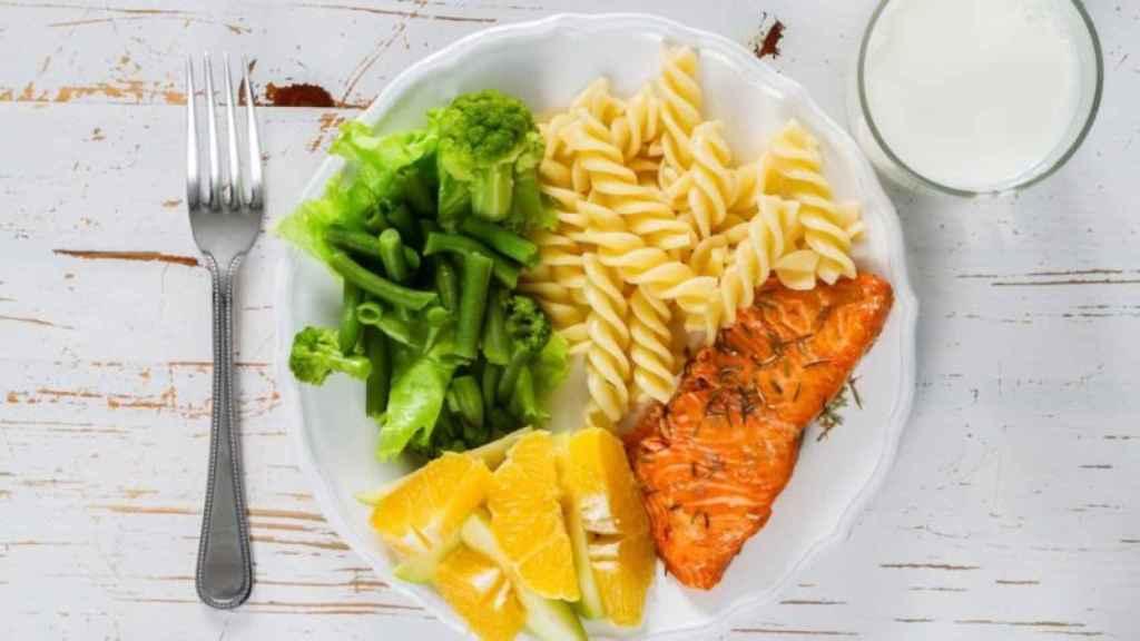 Un plato combinado con varios tipos de alimentos.