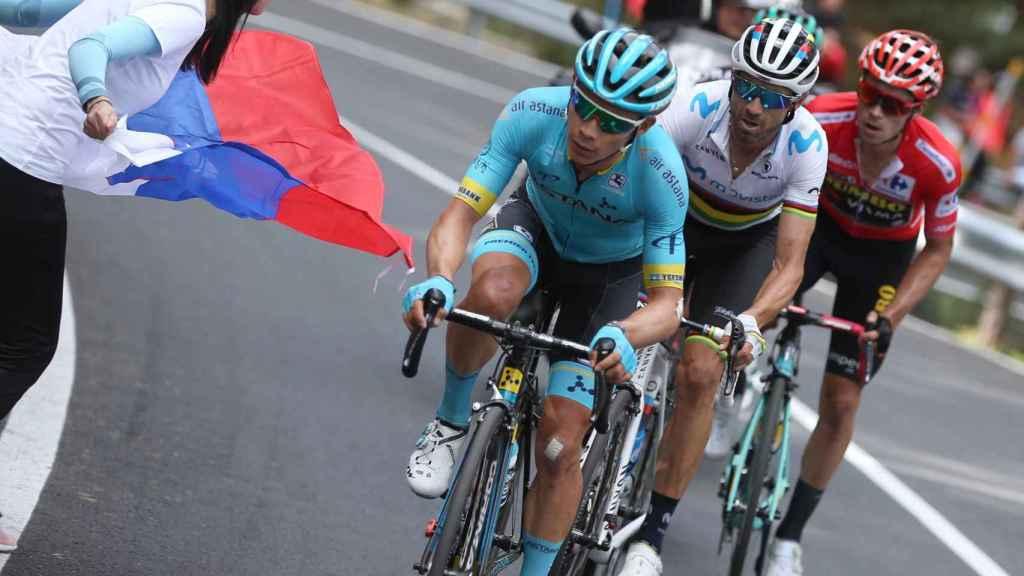 'Supermán' López, Valverde y Roglic, durante la 18ª etapa de La Vuelta