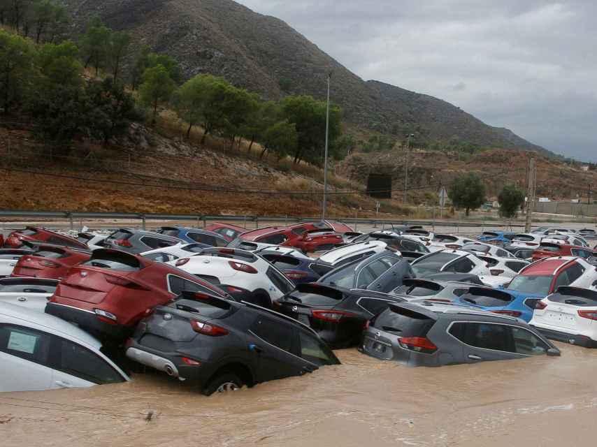 Decenas de coches inundados tras el paso de la gota fría en un depósito de vehículos en Orihuela (Alicante).