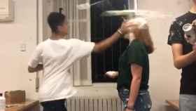 Un alumno le golpea a una compañera de Colegio Mayor con la mano llena de nata.