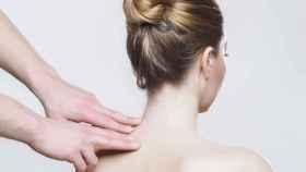 Una mujer recibe un masaje de fisioterapia en la espalda.
