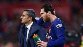 Messi y Valverde en la banda del Camp Nou.