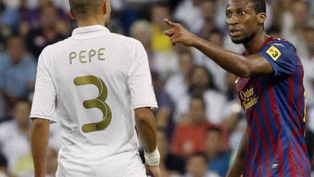 Seydou Keita y Pepe, en un encontronazo durante El Clásico entre Real Madrid y Barcelona