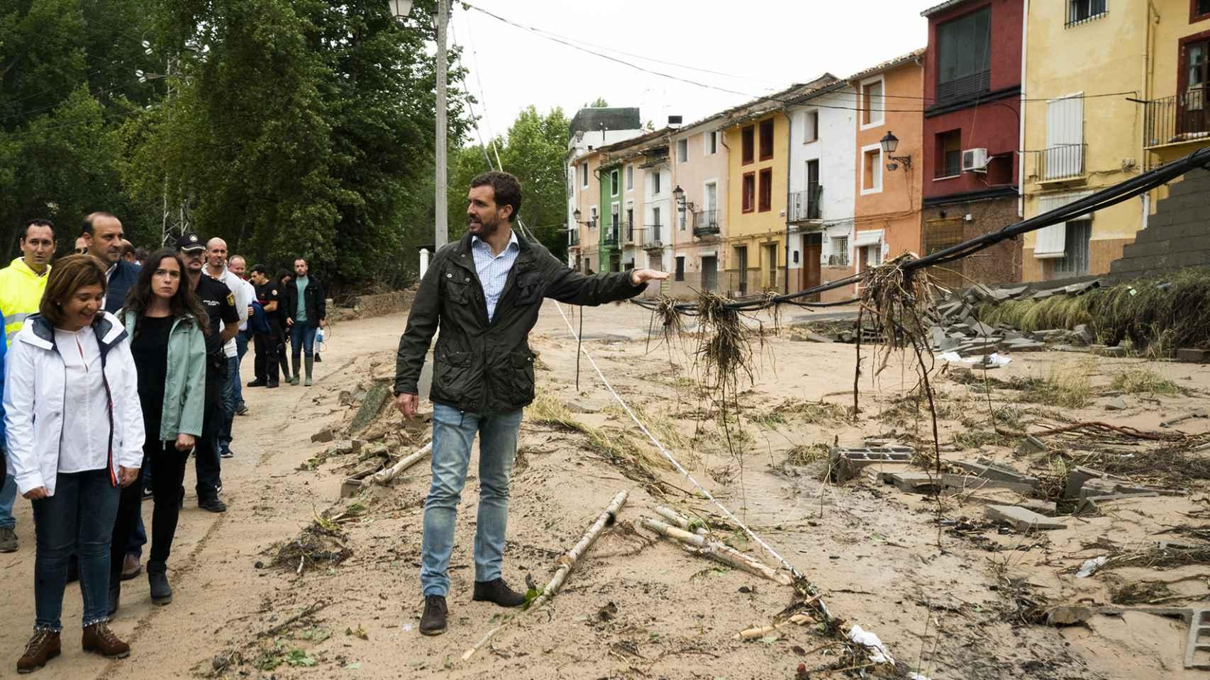 Pablo Casado visita Onteniente (Valencia) tras el paso de la DANA.