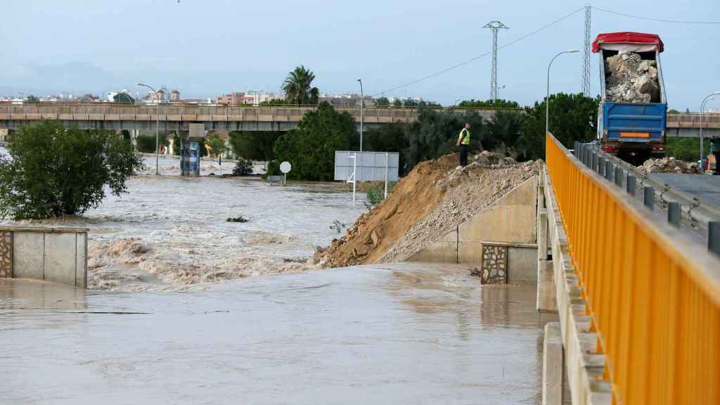 Las intensas lluvias han obligado a evacuar una pedanía de Almoradí (Alicante)