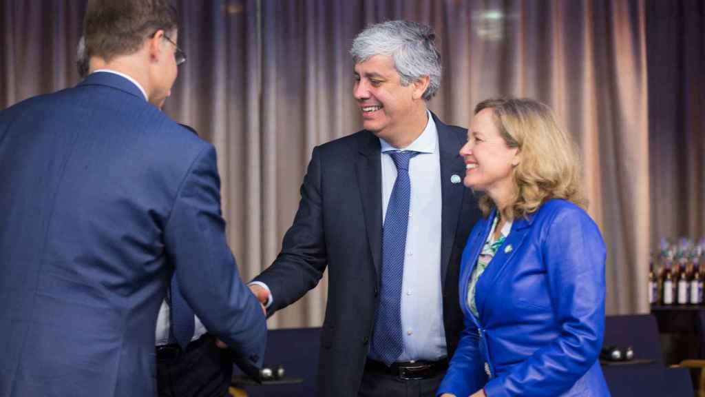 La ministra Nadia Calviño conversa con Mário Centeno y Valdis Dombrovskis durante el Eurogrupo de Helsinki