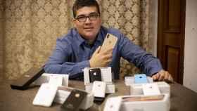 Michael, en su casa, posa con sus 10 iPhones. Su última adquisición es el XS Max.