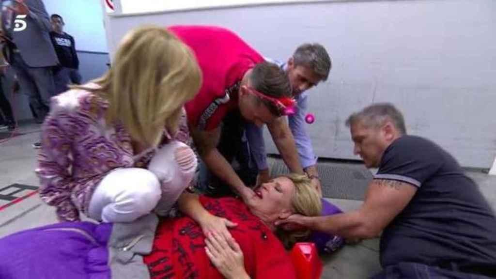 Lydia Lozano caía al suelo con dolores y sus compañeros acudieron a socorrerla.