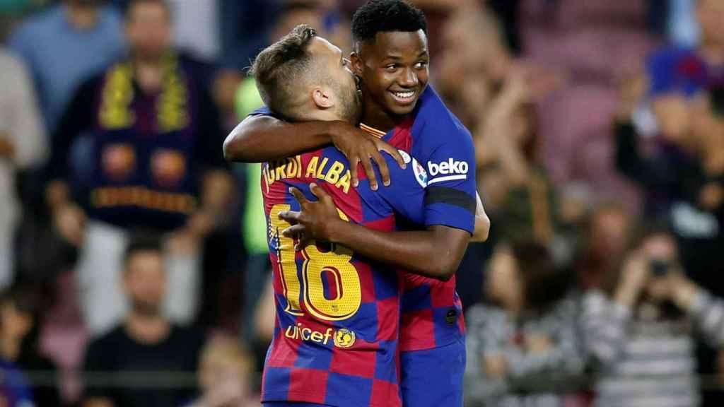 Ansu Fati celebra junto a Jordi Alba con el Barcelona