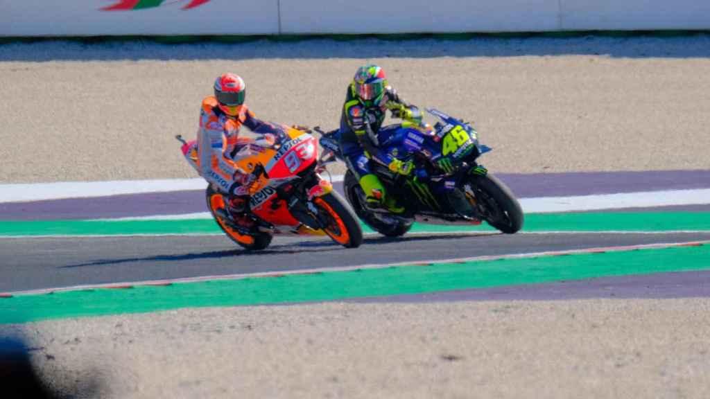 Marc Márquez y Valentino Rossi, durante la acción en la curva 14 del circuito de Misano.