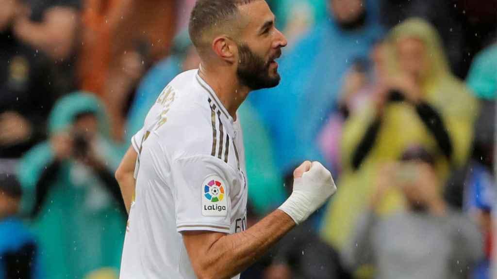 Benzema celebra con el Santiago Bernabéu su gol al Levante