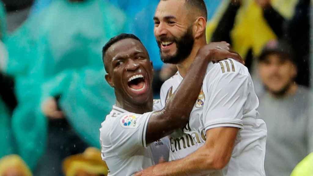 Vinicius celebra con Benzema el gol del francés al Levante