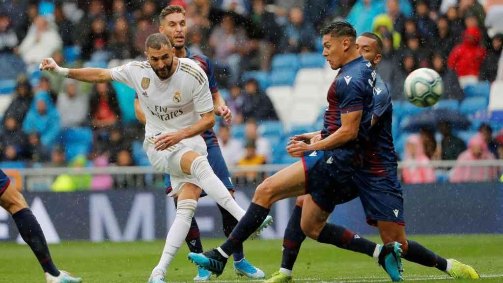 Benzema dispara a la portería del Levante con un defensor delante