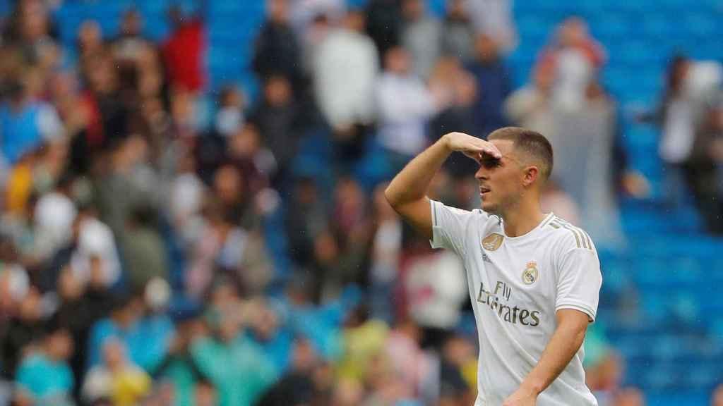 Eden Hazard mira las gradas del Santiago Bernabéu