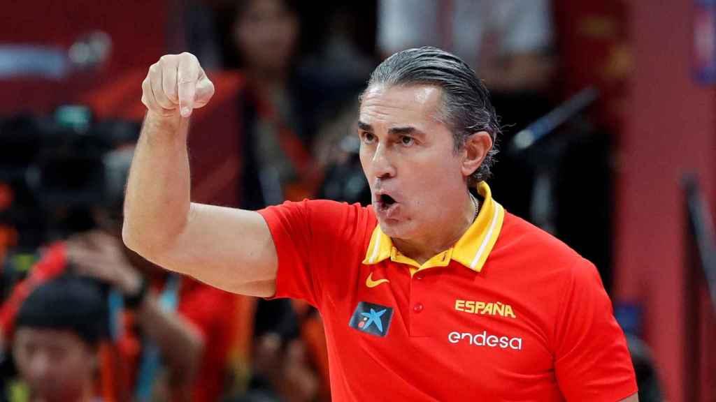 Sergio Scariolo da órdenes a sus jugadores desde la banda
