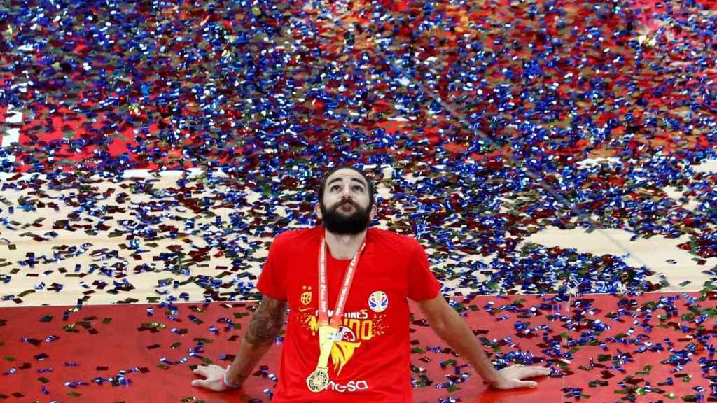 Ricky Rubio mira al cielo tras ganar el Mundial de baloncesto