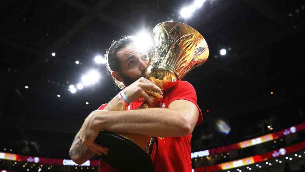 Ricky Rubio besa la copa de Campeón del Mundo