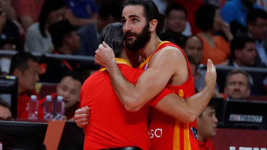 Ricky Rubio y Scariolo se dan un abrazo tras la final