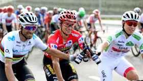 Valverde, Roglic y Pogacar celebran el segundo, primer y tercer puesto respectivamente