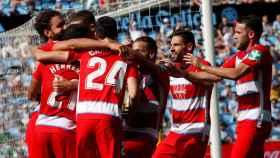 Los jugadores del Granada celebran uno de los goles del partido