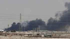 Fuego en una de las refinerías atacadas en Arabia Saudí.