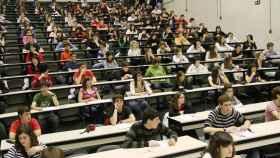 Los universitarios españoles esperan a recibir el examen.