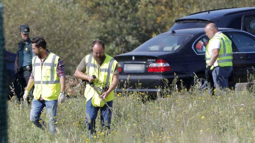 Agentes de los TEDAX buscando el arma del crimen.