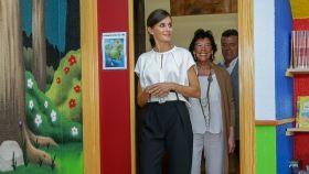 Letizia ha estrenado un pantalón 'paperbag' y unos tacones de Carolina Herrera.