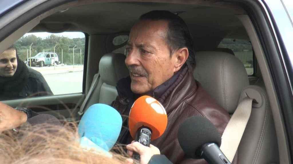Julian Muñoz atendiendo a los medios de comunicación.
