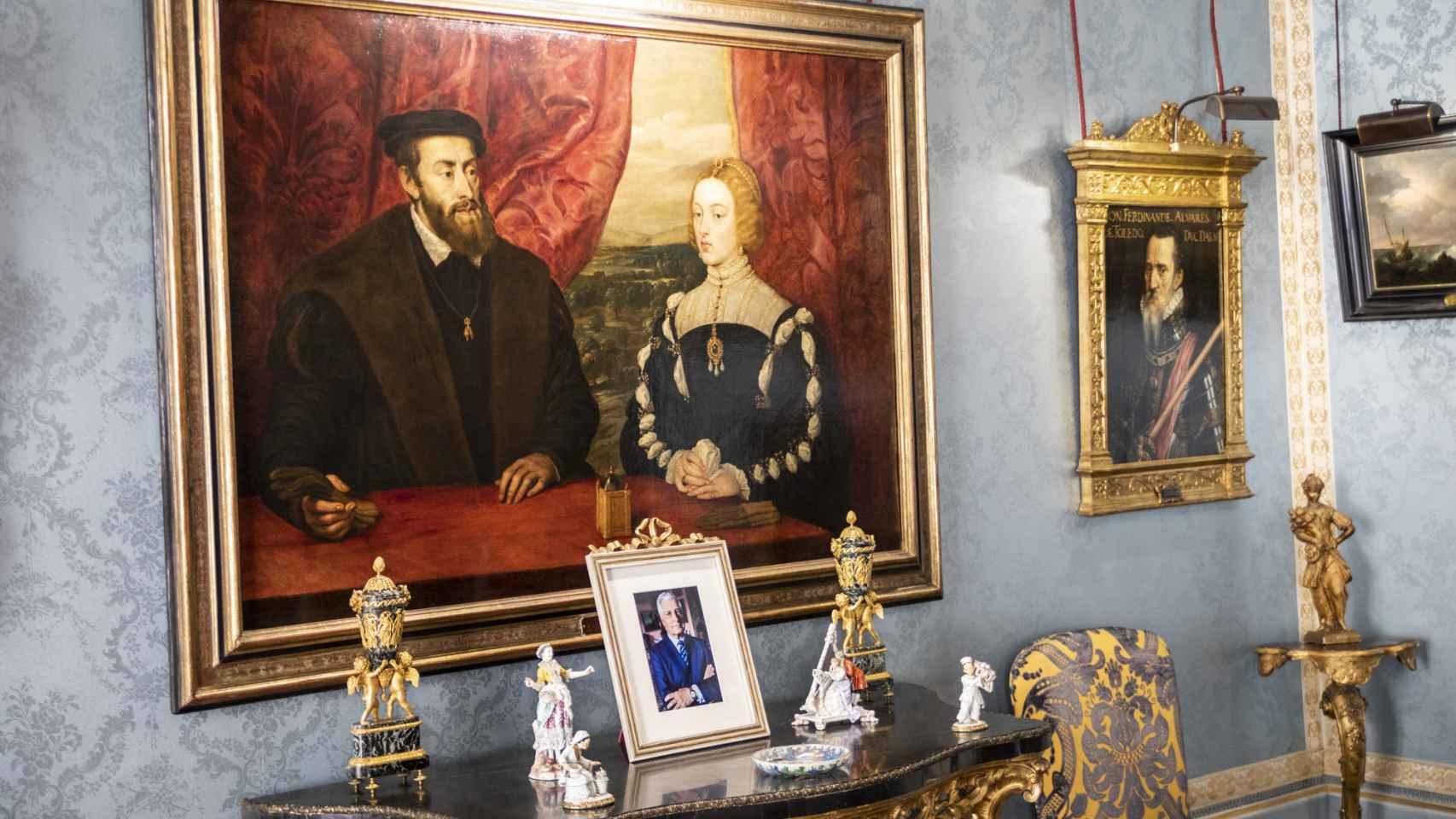 'El emperador Carlos V y la emperatriz Isabel de Portugal', una copia de Rubens del original de Tiziano. Al lado, retrato del Gran Duque de Alba.