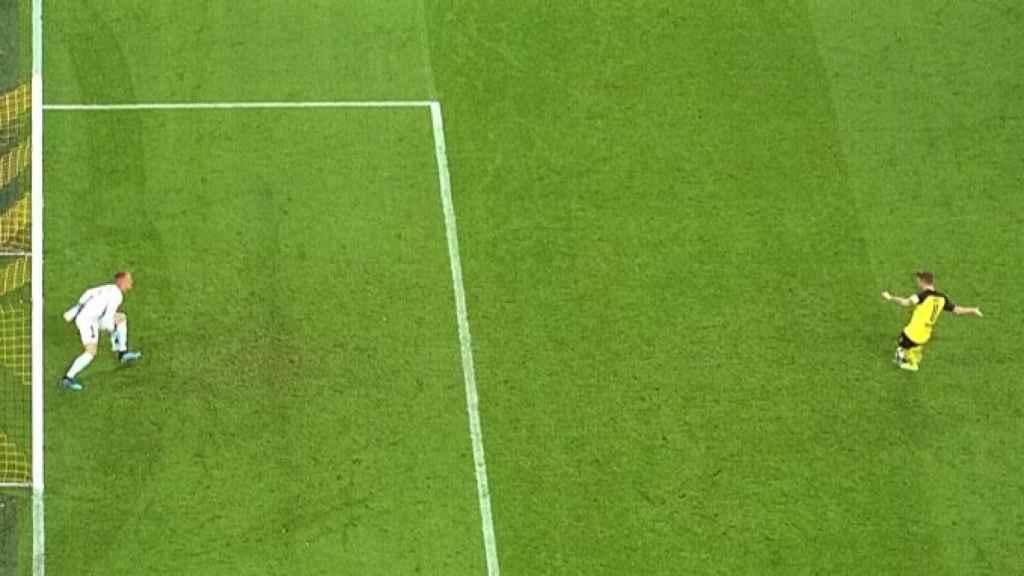 Penalti que debió repetirse en el Borussia Dortmund - FC Barcelona. Foto: Twitter (@elchiringuitotv)