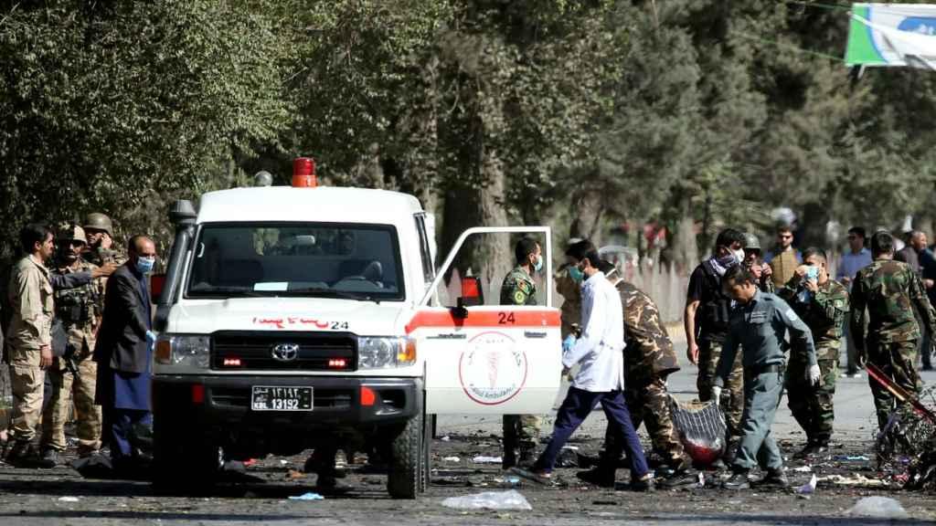 Equipos sanitarios atienden a los heridos tras el atentado en Kabul.