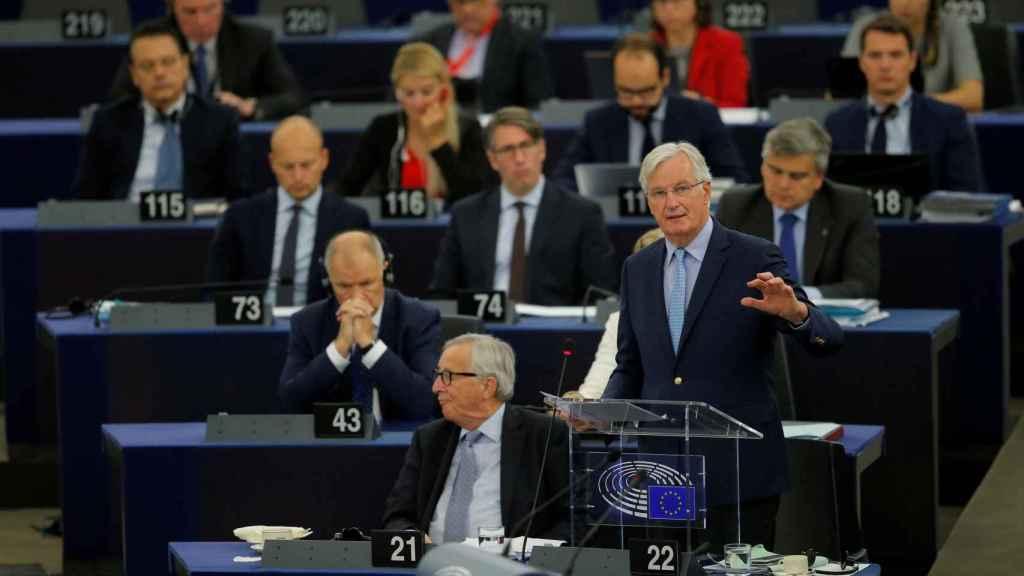 Michel Barnier y Jean-Claude Juncker, durante el debate en la Eurocámara de este miércoles