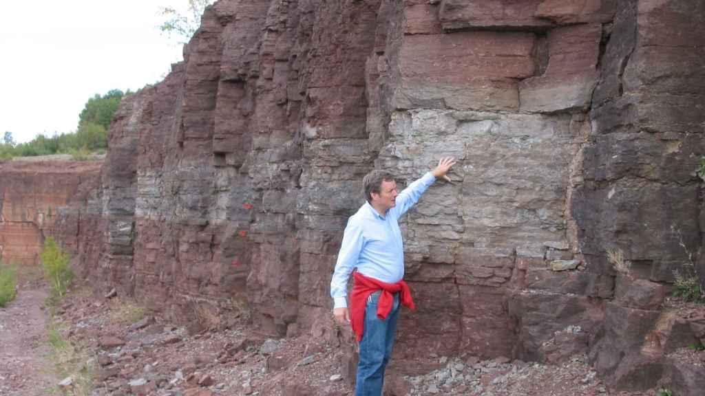 Schmitz señalando el estrato de roca que corresponde al lecho marino hace 466 millones de años. Philip R. Heck