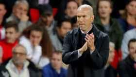 Zidane da órdenes a sus jugadores desde la banda
