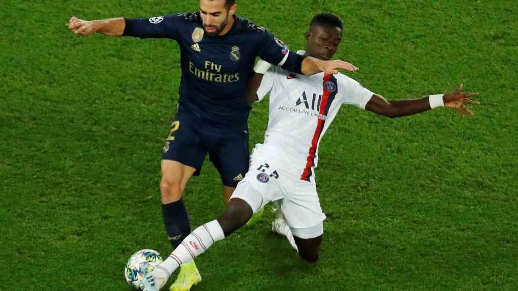 Idrissa Gueye roba el balón a Dani Carvajal